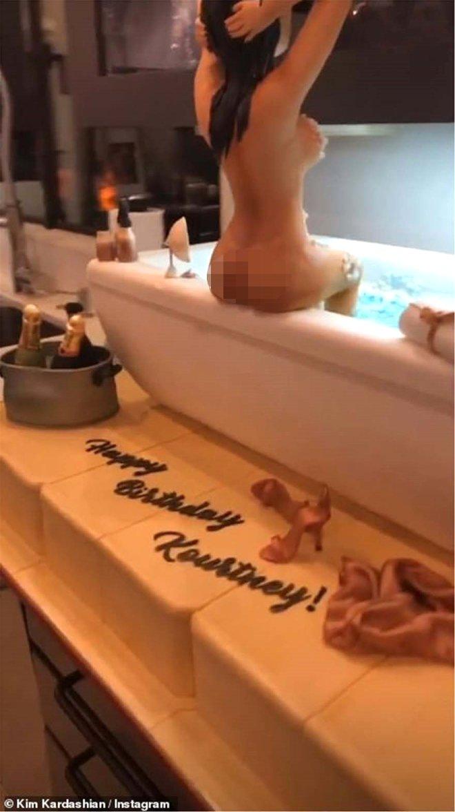 Bu Doğum Günü Çok Başka! Çıplak Halini Pasta Süsü Yaptılar