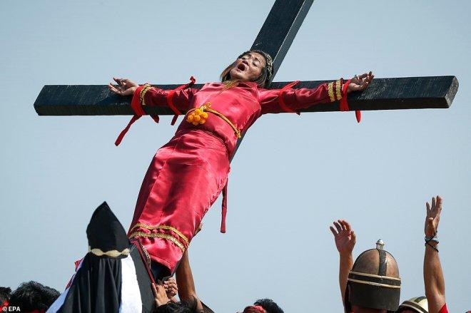 Kendilerini Çarmıha Gerip, İsa'yı Andılar!