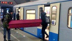 Hayrete Düşüren Anlar! Metroya Tabutla Bindiler