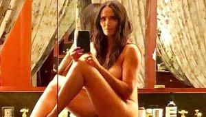 48 Yaşındaki Ünlü Sunucu, Banyo Tezgahına Oturup Çırılçıplak Poz Verdi