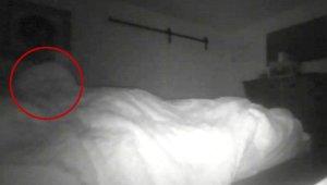 Her Gece Yatağına Hayalet Girdiğini Söylüyordu, Yakaladığı Görüntüler Karşısında Şoke Oldu!