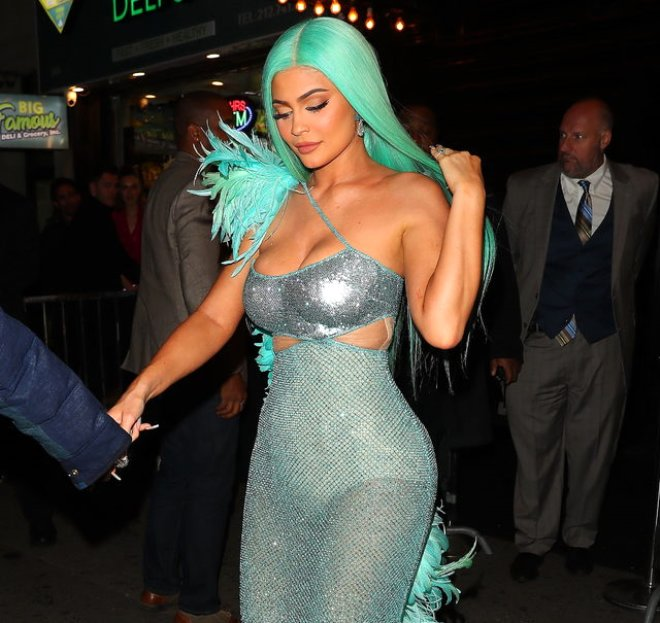 Kim Kardashian, Mavi Lastik Elbisesiyle Barbie Bebek Oldu!