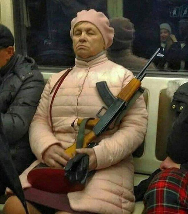 Metroda Silahıyla Oturan Teyze, Sosyal Medyayı Salladı