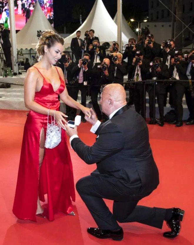 Kırmızı Halıda Şoke Eden Evlenme Teklifi! Bakın O Adam Kim Çıktı