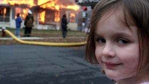 Alevler içindeki gülüşüyle hafızalara kazınan Felaket kız, bakın şimdi nasıl görünüyor!