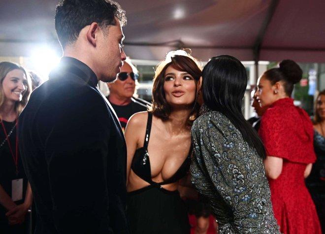 Ateşli model Tony Ödülleri'ne dekoltesiyle damga vurdu! Bir de arkasını görün
