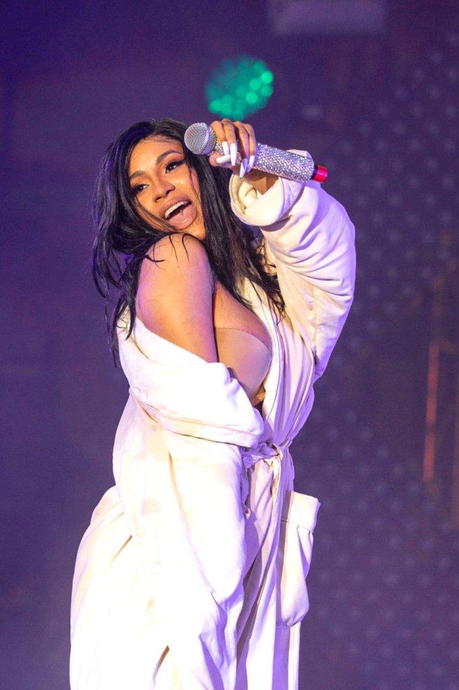 Böyle frikik görülmedi! Ünlü rap şarkıcısı Cardi B'nin kostümü, konserin ortasında patladı