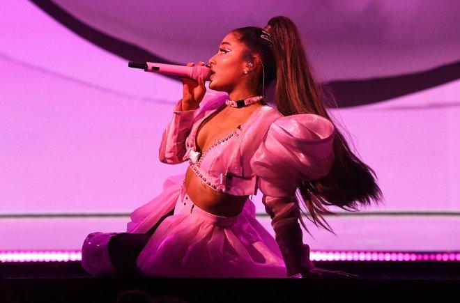 Ünlü şarkıcının konserde yalayıp seyircilere fırlattığı lolipop satışa çıkarıldı! Fiyatı dudak uçuklatıyor
