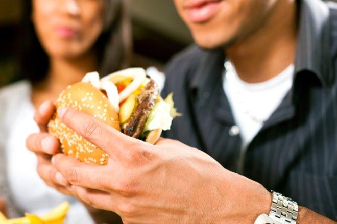 Fazla fast food yiyen erkekler dikkat! Kısırlığa yol açıyor