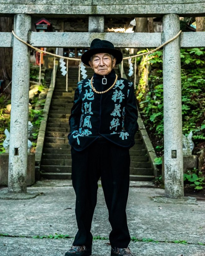 84 yaşındaki fenomen pozlarıyla olay oldu! Gençlere taş çıkarıyor