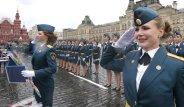 Bir bakan bir daha baktı! Rus kadın polisler kızıl meydanda şov yaptı