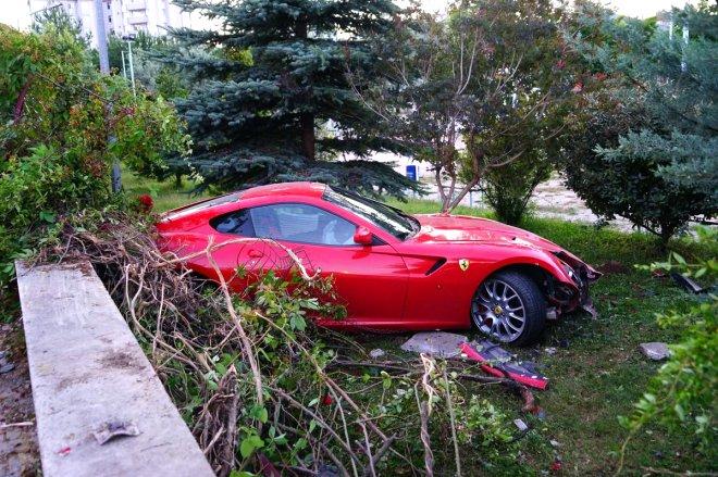 Yoldan çıkan Ferrari okulun bahçesine uçtu!