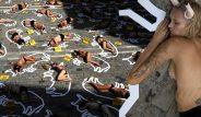 Boğa festivalini protesto etmek isteyen hayvan hakları savunucuları, belediyenin önünde yarı çıplak uzandılar