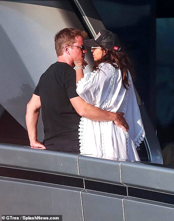 Ünlü oyuncu yat turunda eşini öpücüklere boğdu!
