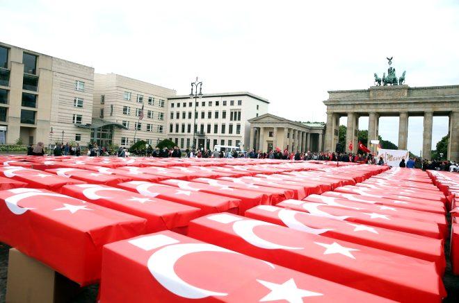 Almanya'nın başkentinde duygulandıran 15 Temmuz töreni: Türk bayrağına sarılı 251 tabut!