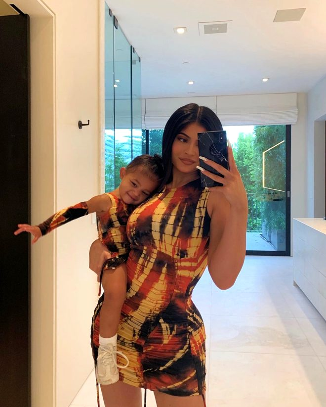 Kylie Jenner'dan olay poz! Markası için çırılçıplak soyundu