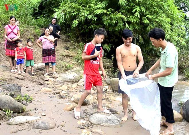 Okula gitmek için ölümü göze alıyor, çamurlu nehri lastik poşetle geçiyorlar