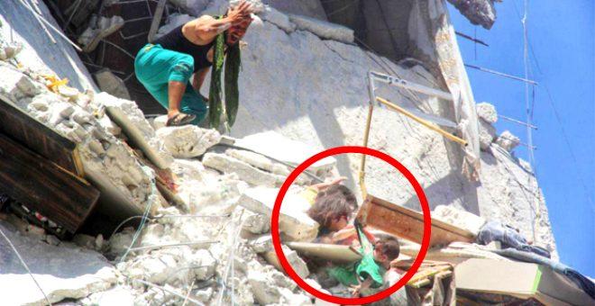 Yürek dağlayan kare: Enkazda asılı kalan 1 yaşındaki kardeşini böyle kurtardı