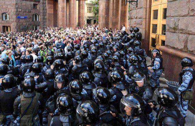 Genç yaşlı demediler! Rusya'da seçim kararlarını protesto eden binlerce gösterici yerlerde sürüklendi