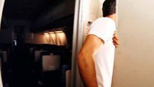 Ünlü oyuncu, bindiği uçağın tuvaletinde hostesle cinsel ilişkiye girerken yakalandı!