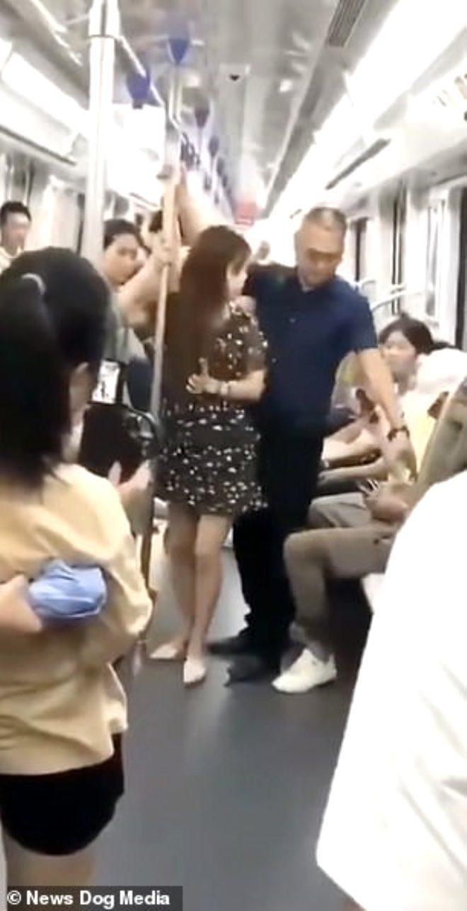 Metroda taciz skandalı! Genç kadının etek altını kayda alırken yakalandı