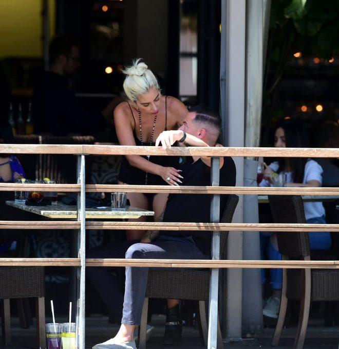 Oscar romantizminin yerinde yeller esiyor! Lady Gaga yeni sevgilisini öpücüklere boğdu