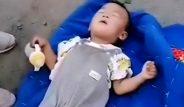 Vicdansız anne-baba, bebeğini 1 battaniye 1 şişe sütle yol kenarına attı!