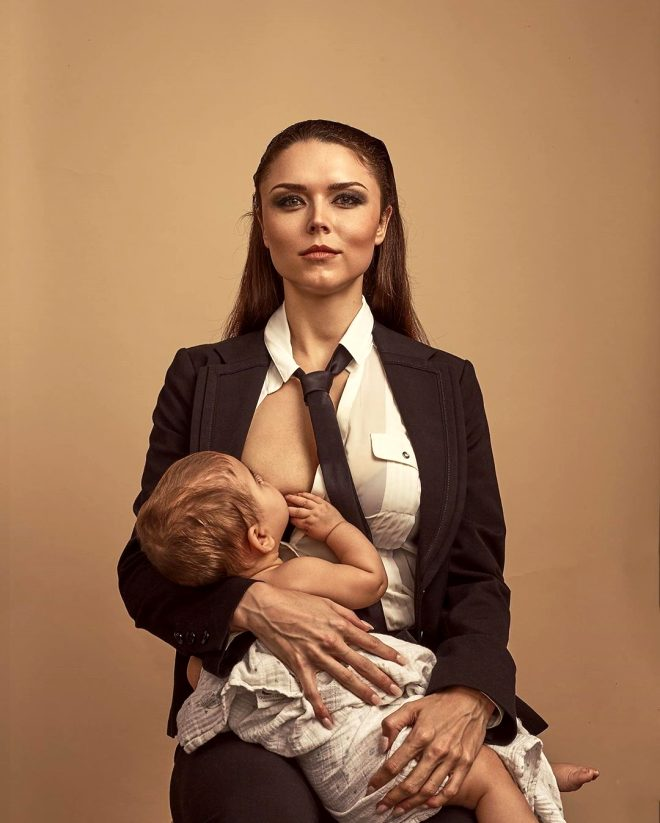 Güzel fenomen, yayın sırasında bebeğini emzirdiği için bin pişman oldu! O anlara tepki yağdı