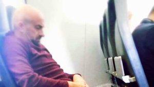 Uçakta mide bulandıran olay! Yolculara aldırış etmeden uluorta tuvaletini yaptı