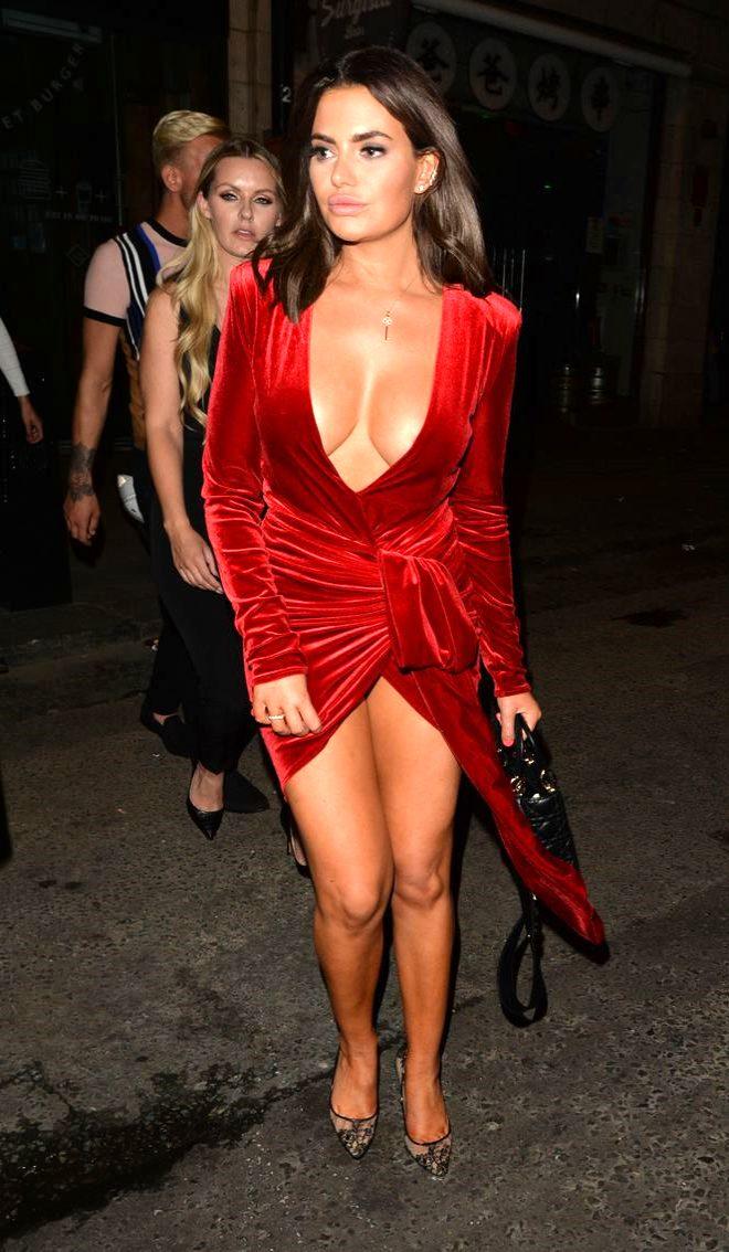 Cinsel ilişki itirafıyla çok konuşulan Aşk Adası yıldızı, kırmızı elbisesiyle yürek hoplattı!