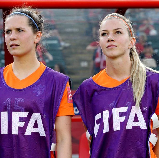 Hollandalı kadın futbolcu Anouk Hoogendijk, güzelliğiyle nefes kesiyor!