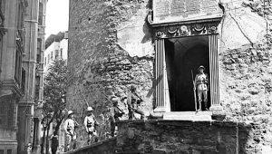 Yer: İstanbul! İngiliz askerlerinin nöbet tuttuğu bu kapının önünde, şimdilerde upuzun kuyruklar oluşuyor!