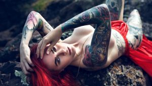 Dövmelerden vücudu görünmeyen genç kızın asıl mesleği pes dedirtti!
