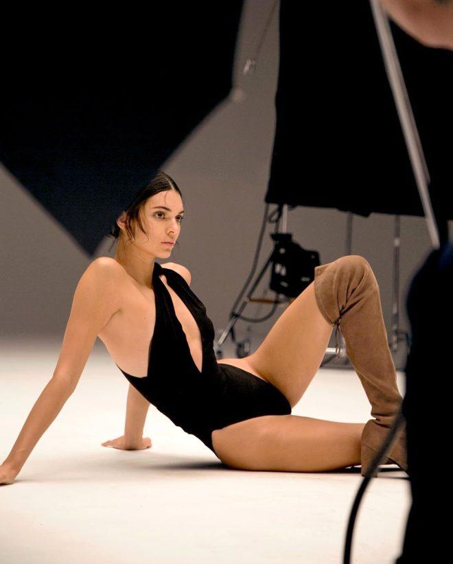 Kendall Jenner'dan cesur dans! Lastik gibi esnedi