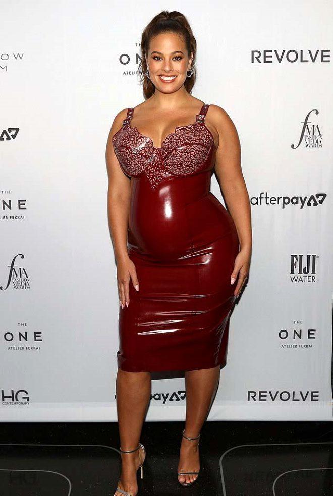 Çıplak pozlarıyla olay olan büyük beden model, New York Moda Haftası'na lateks elbisesiyle damga vurdu!