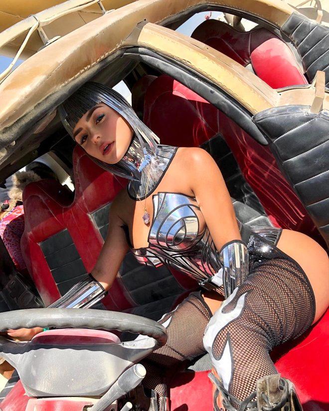 'İngiliz Gülü' Demi Rose, dünyaca ünlü festivalde dansöz gibi giyindi!