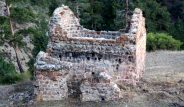 Köy halkı isyan etti! Tarihi kilise definecilerin hedefi oldu