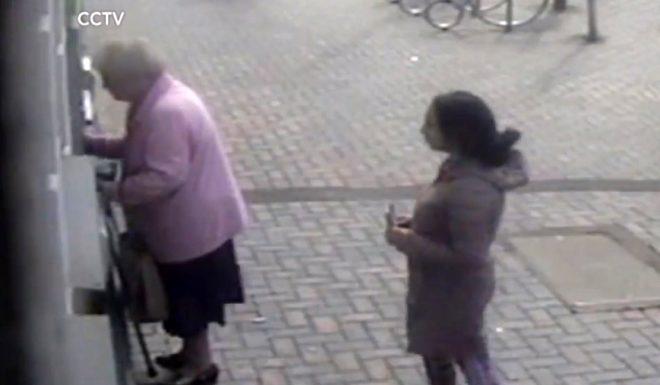 81 yaşındaki kadın, ATM'den parasını çalmaya çalışan genç kadına dersini verdi