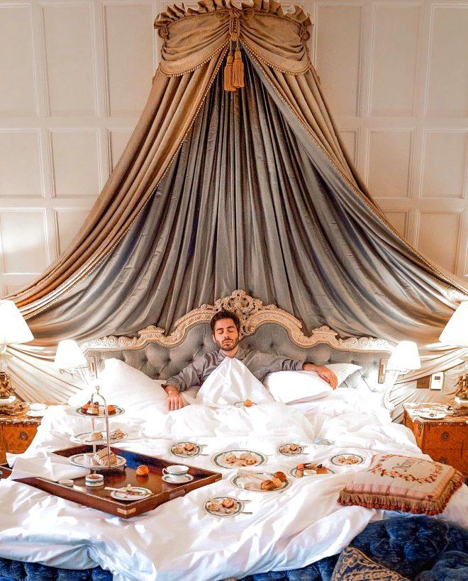 Yok böyle meslek! Yatak pozlarıyla para kazanıp dünyayı geziyor