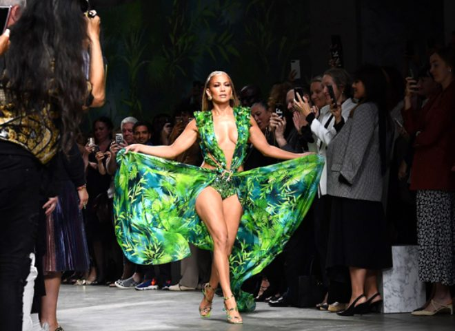 Jennifer Lopez 19 sene sonra aynı elbiseyi giydi, güzelliğiyle mest etti