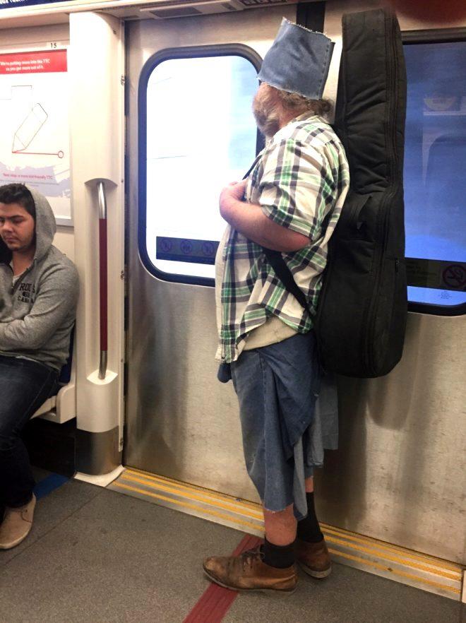 Metroda garip anlar! İstasyonun orta yerinde tüylerini aldı