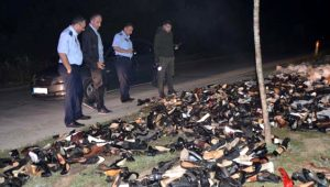 Yol kenarına atılmış onlarca ayakkabıyı gören polis ekipleri şaşkınlığını gizleyemedi!
