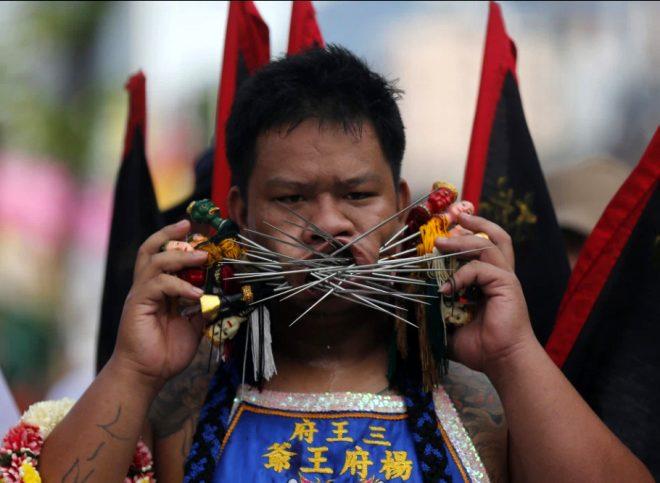Bu nasıl festival! Bıçak, tabanca ne bulurlarsa yüzlerini deldiler
