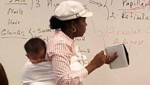 Yok böyle fedakarlık! Öğrencisinin bebeğini sırtına bağlayarak ders anlattı