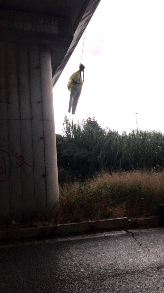 Dünyanın konuştuğu 16 yaşındaki çevre eylemcisinin kuklasını köprüye astılar!