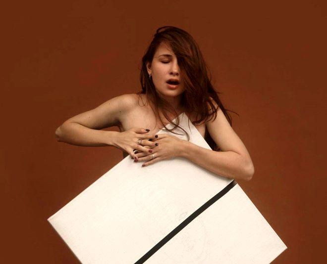 Sıra dışı yetenek! Göğüsleriyle muhteşem resimler yapan genç kızı görenler hayrete düşürüyor