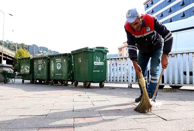 'İnsanlık ölmemiş' dedirten hareket! Sokakları temizleyerek kazandığı parayla 2 çocuğa burs veriyor