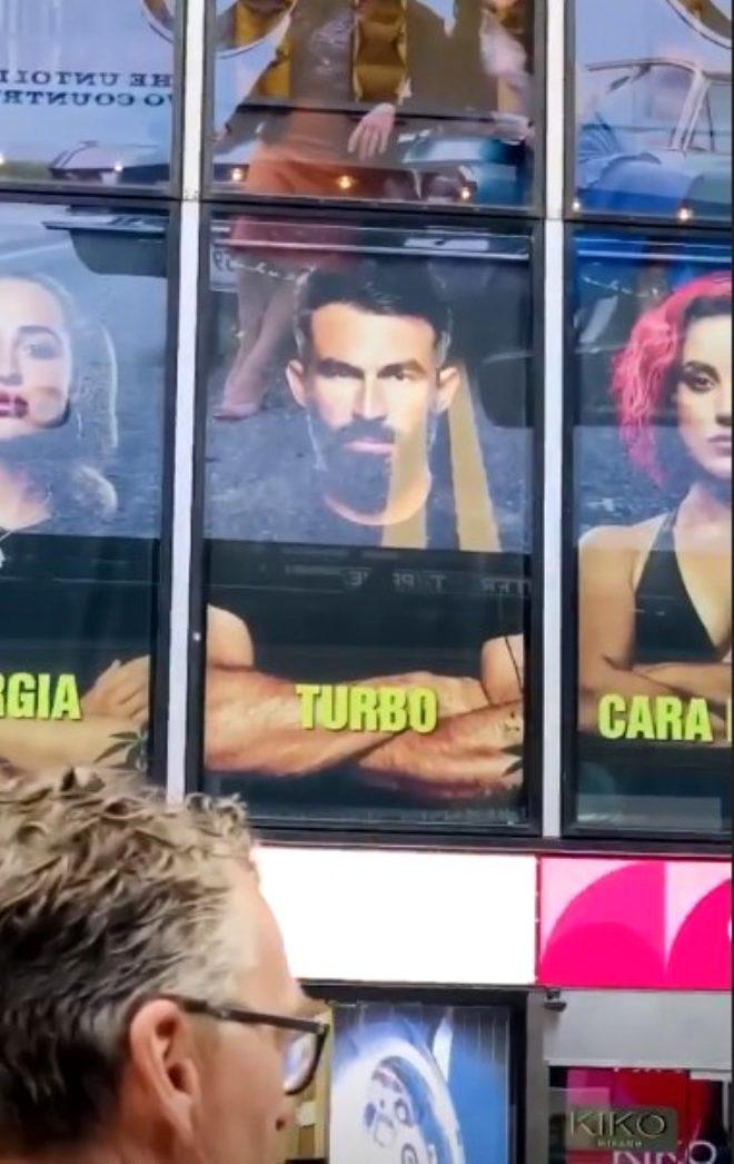 Mersin'den başlayıp ABD'ye uzanan başarı! Turabi'nin posterleri Times Meydanı'na asıldı