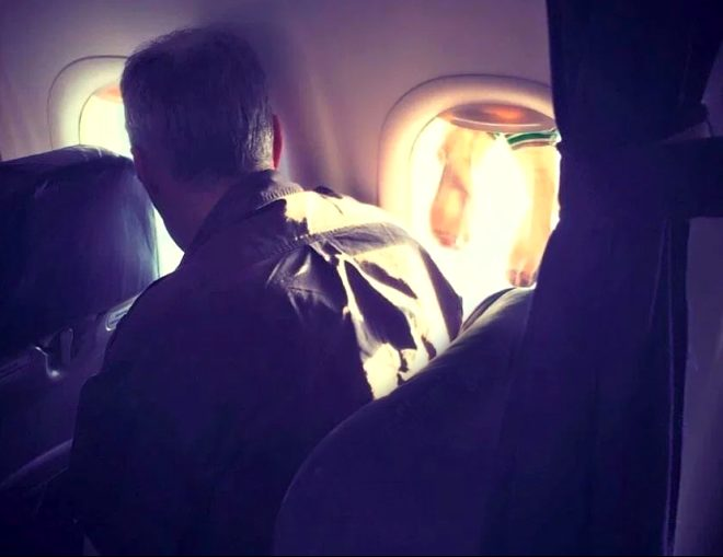 Uçak penceresine çamaşır asma keyfi