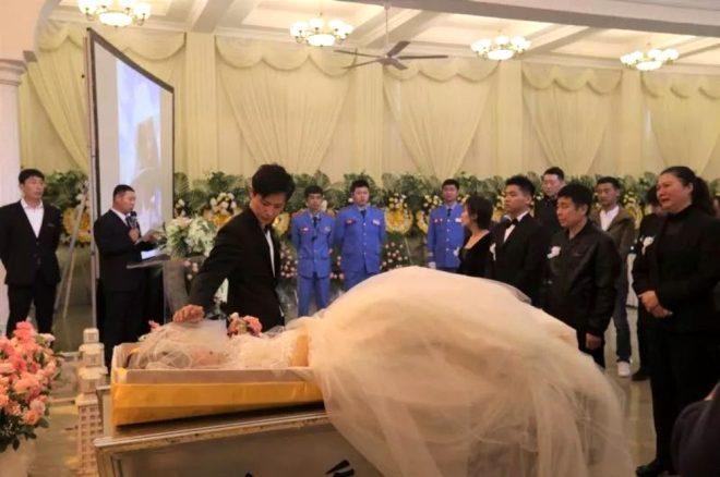 Yürek burkan tablo! Kanserden kaybettiği nişanlısının cenazesiyle evlendi!